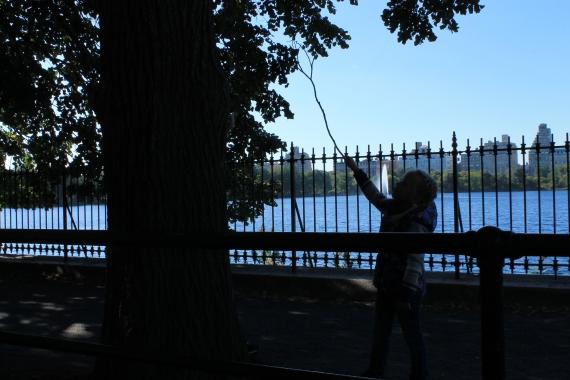 Little girl playing with a tree / Un enfant jouant avec un arbre
